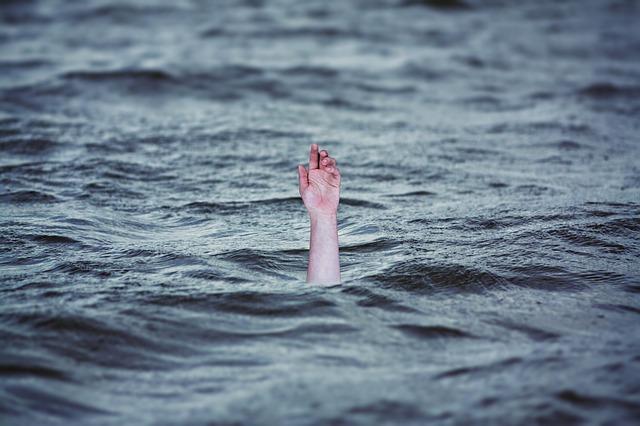 drowning 2049247 640 - La otra cara de la lactancia. Continuar amamantando.