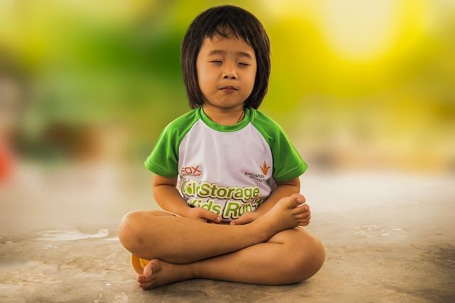 meditating 1894762 640 - Yoga con niños con Sentados sobre un pollo