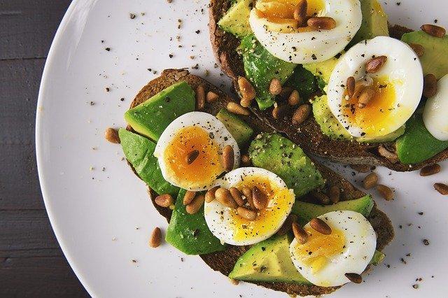 food 2673724 640 - Más grasas buenas y menos carbohidratos refinados