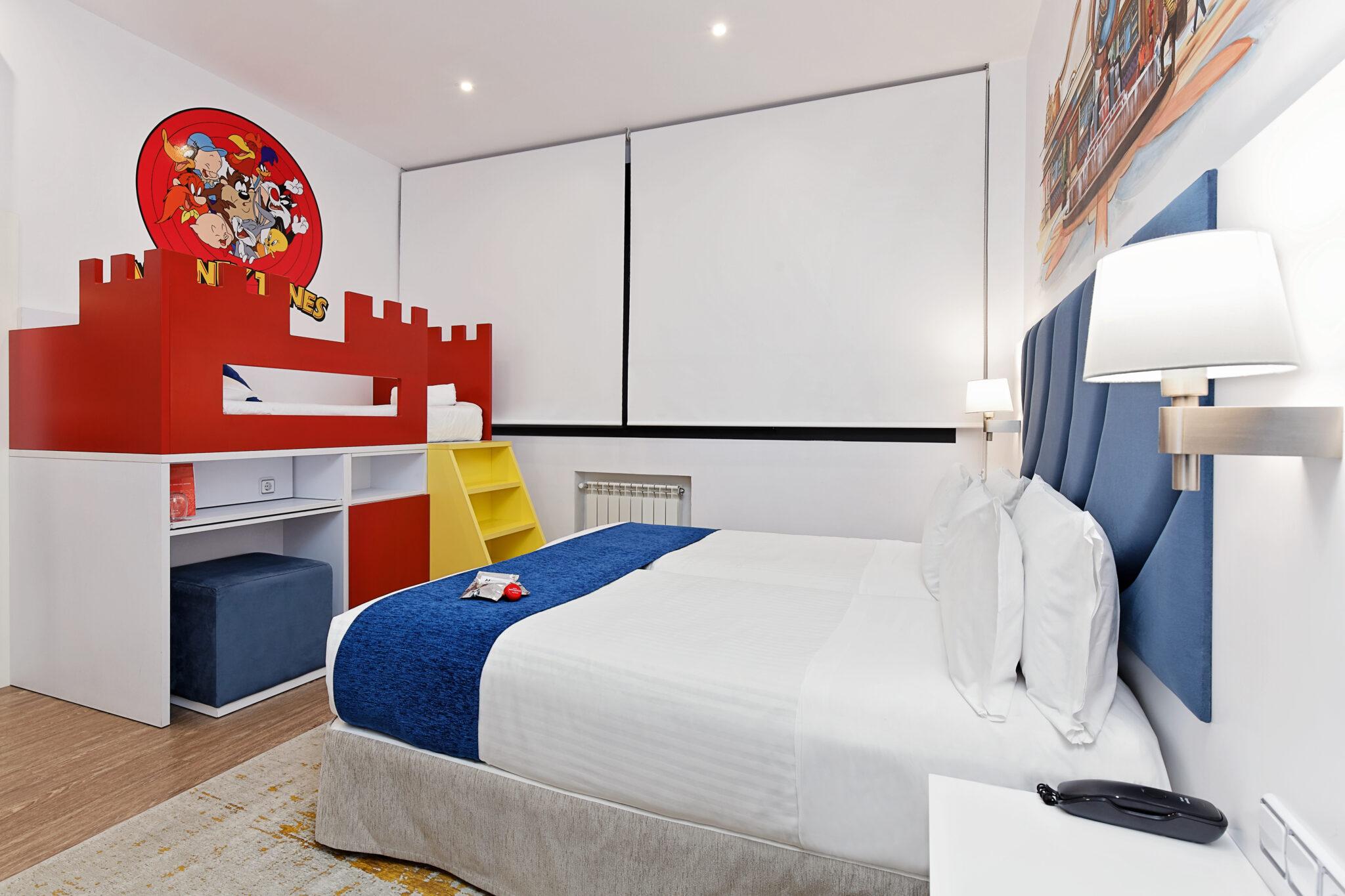 Hab 5 La de la Warner scaled - Dormir en Madrid con niños